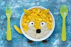 Шар овсяной каши идеи искусства еды здоровый с плодоовощ сформировал смешную лису Стоковая Фотография RF