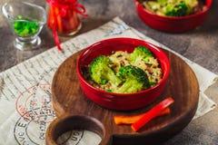 Шар очень вкусной сваренной петрушки брокколи риса около плиты салфетки ткани круглой стоковое фото rf