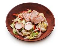Шар первоначально азиатского салата при семги и овощи изолированные на белизне Стоковое Изображение RF
