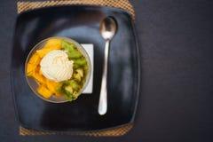 Шар плодоовощ покрытый вверх с мороженым Стоковая Фотография