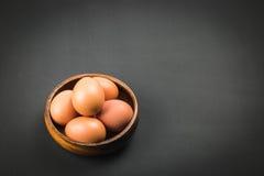 шар предпосылки eggs включенное изолированное деревянное путя белое Стоковое Фото