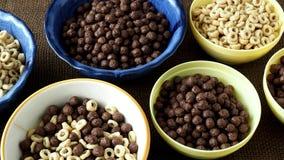 Шар различных хлопьев для мозоли завтрака звенит с шоколадом и хлопьями акции видеоматериалы