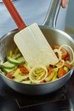 Шар салата шеф-повара смешивая в серии полной рецептов еды Стоковое Изображение RF