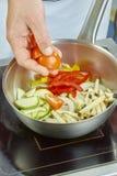 Шар салата шеф-повара смешивая в серии полной рецептов еды Стоковые Изображения
