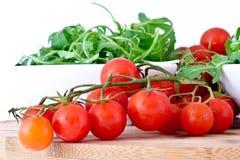 Шар свежего зеленых, естественных arugula и томатов вишни Стоковое Фото