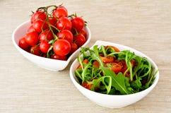 Шар свежего зеленых, естественных arugula и томатов вишни Стоковые Изображения RF