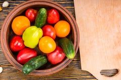Шар свежих выбранных овощей около деревянной доски Стоковые Фото