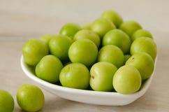 Шар свежих зеленых слив на таблице Стоковые Изображения RF