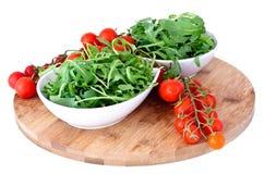 Шар свежих зеленых, естественных томатов вишни anf arugula Стоковое Изображение