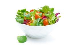 Шар свежих томатов салата и вишни изолированных на белизне Стоковая Фотография
