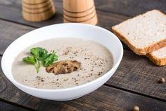 Шар сливк супа гриба на таблице стоковые изображения rf