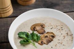 Шар сливк супа гриба на таблице стоковые изображения