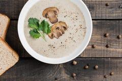 Шар сливк супа гриба на таблице стоковое фото rf