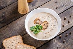 Шар сливк супа гриба на таблице стоковое изображение rf