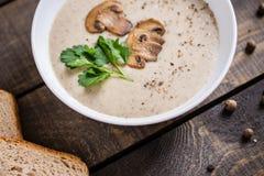 Шар сливк супа гриба на таблице стоковая фотография rf