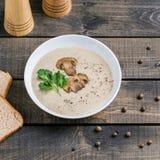 Шар сливк супа гриба на таблице стоковые фотографии rf