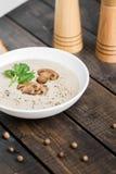 Шар сливк супа гриба на таблице стоковая фотография
