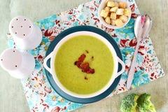 Шар сметанообразного супа брокколи с хрустящим беконом еда здоровая еда принципиальной схемы здоровая Стоковое Изображение RF