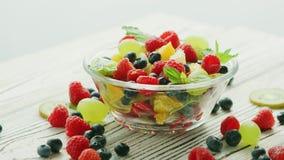Шар смешивания и ягод плодоовощ сток-видео