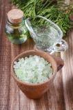 Шар соли зеленого моря, кувшина жидкостного мыла и бутылки essenti Стоковое Изображение