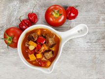 Шар супа гуляша и свежих овощей Стоковое фото RF