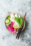Шар супа лапшей udon Vegan азиатский с имбирем и грибами отваром, тофу, щелчковыми горохами, цукини, редиской арбуза и известкой Стоковое фото RF