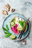 Шар супа лапшей udon Vegan азиатский с имбирем и грибами отваром, тофу, щелчковыми горохами, цукини, редиской арбуза и известкой Стоковые Фото
