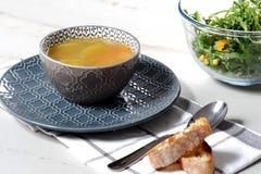 Шар супа овощей на голубой плите Стоковые Фотографии RF