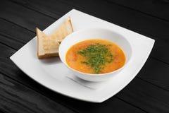 Шар супа овощей на черной деревянной предпосылке, Стоковая Фотография RF