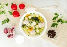 шар супа, чашки отвара и овощей, фрикаделек сделанных индюка и цыпленка, взгляд сверху, длинного знамени ширины стоковое изображение rf