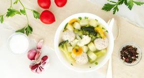 шар супа, чашки отвара и овощей, фрикаделек сделанных индюка и цыпленка, взгляд сверху, длинного знамени ширины стоковое изображение