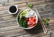 Шар суш копченых семг на деревянной предпосылке, взгляд сверху Рис, пюре авокадоа, семга - здоровая еда Стоковое Фото
