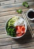 Шар суш копченых семг на деревянном столе, взгляд сверху Рис, пюре авокадоа, семга - здоровое foo Стоковые Фото