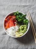 Шар суш копченых семг на серой предпосылке, взгляд сверху Рис, пюре авокадоа, семга - здоровая концепция еды Стоковые Изображения RF
