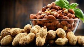 Шар с арахисами на деревянном столе Стоковые Фото