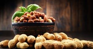 Шар с арахисами на деревянном столе Стоковое фото RF