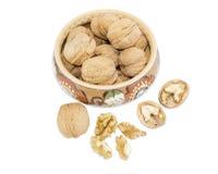 Шар с грецкими орехами и несколькими гаек рядом с Стоковые Фото