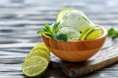 Шар с домашним мороженым от мяты и известки Стоковые Фотографии RF
