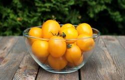 Шар с желтыми томатами на деревянном столе Стоковые Фото