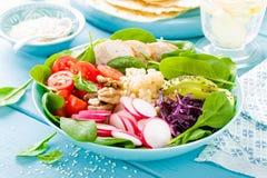 Шар с зажаренными мясом цыпленка, булгуром и салатом свежего овоща листьев редиски, томатов, авокадоа, листовой капусты и шпината стоковые фото