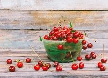 Шар с зрелой вишней ягод на деревянной предпосылке Стоковые Фотографии RF