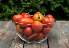 Шар с красными томатами на деревянном столе Стоковое фото RF