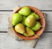 Шар с очень вкусными зрелыми грушами на предпосылке Стоковая Фотография