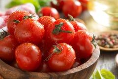 шар с свежими томатами вишни, шпинатом и оливковым маслом, концом-вверх Стоковое Изображение