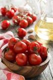Шар с свежими томатами и оливковым маслом Стоковая Фотография