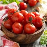 Шар с свежими томатами, шпинатом, специями и маслом Стоковые Изображения