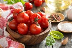шар с свежими томатами, шпинатом, специями и оливковым маслом Стоковые Изображения