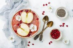 Шар с семенами chia, гранатовое дерево smoothie Superfoods, отрезал яблока и мед Надземное, плоское положение Еда Rosh Hashana тр Стоковая Фотография RF
