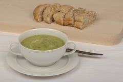 Шар с супом courgette стоковая фотография rf