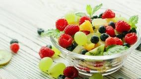 Шар с ягодами и плодоовощ видеоматериал